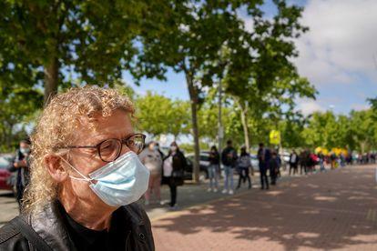 José Manuel, de 66 años y votante de Unidas Podemos, mientras esperaba para votar en el colegio Dr. Tolosa Latour de Puente de Vallecas.