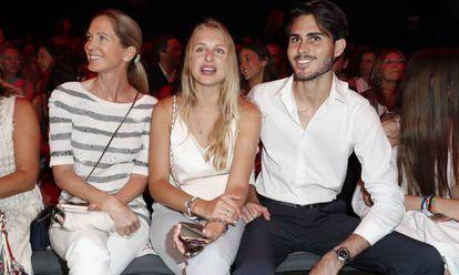 Miranda Rijnsburger y su hijo Miguel con su novia Danielle Obolevitch, en la Mercedes-Benz Fashion Week Madrid, en julio.