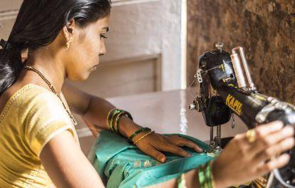 La economía informal emplea al 80% de los trabajadores y trabajadoras indios. En las ciudades, muchas mujeres trabajan como asistentas domésticas, vendedoras o costureras.