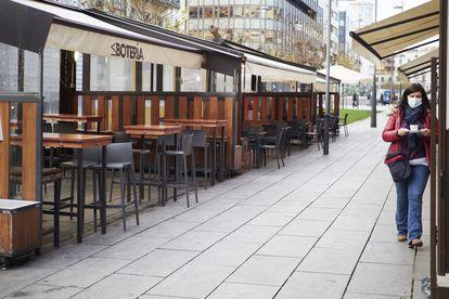 Terraza prácticamente vacía de un bar en Pamplona, este jueves.