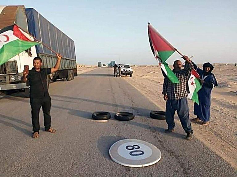 Varios saharauis procedentes de los campos de refugiados en Argelia bloquean al paso fronterizo de Guerguerat, el pasado 21 de octubre.