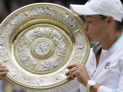 Barty besa el trofeo de campeona tras vencer a Pliskova en la final.