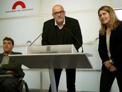 La rueda de prensa de despedida del diputado Lluís Corominas, acompañado por David Binvehí (der.) y Marta Pascal (izq.).