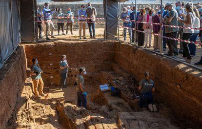 La vicepresidenta Carmen Calvo observa los trabajos de exhumación de la fosa común de Pico Reja, en Sevilla, el pasado viernes.