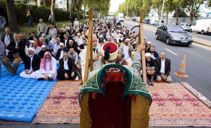 Un grupo de musulmanes reza en Gennevilliers en protesta por la prohibición de la oración en la calle en 2011.