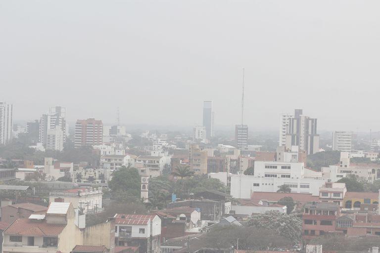 Una nube de humo procedente de varios incendios se observa en Santa Cruz, Bolivia.