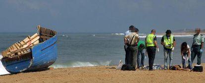 Seis cadáveres de inmigrantes que habían viajado en una patera fueron hallados esta mañana en la playa de La Aceitera en la pedanía de Zahora en Barbate.