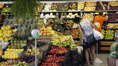 Espacio de fruta en un supermercado.