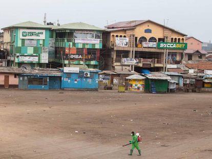 Un trabajador comunitario desinfecta un mercado en Accra, Ghana, el 23 de marzo de 2020.