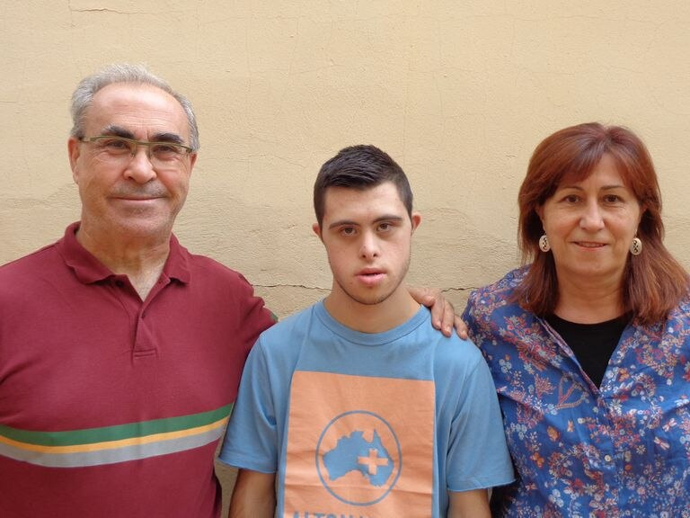 Rubén Calleja, entre sus padres, este domingo.