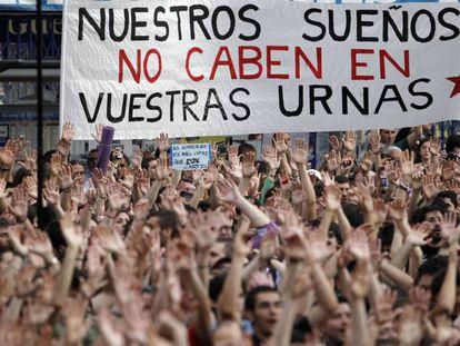 Manifestantes en la Puerta del Sol de Madrid el 21 de mayo de 2011. / LUIS SEVILLANO