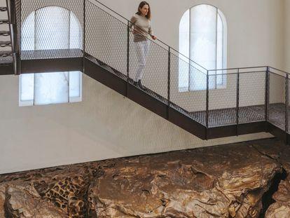 La artista Cristina Iglesias recorre su obra en el faro de la isla de Santa Clara en San Sebastián.