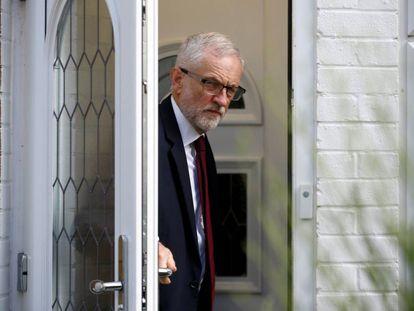 El líder del Partido Laborista, Jeremy Corbyn, a las puertas de su domicilio en Londres este lunes