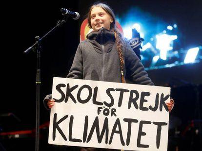 Greta Thunberg, durante su intervención al término de la marcha de este viernes en Madrid. En vídeo, la joven activista se convierte en el foco de la atención mediática.