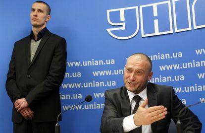 Dimitro Yarosh (sentado), candidato nacionalista a la presidencia de Ucrania, el pasado abril.