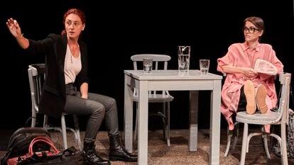 Una imagen de 'Contarlo para no olvidar', con Nuria Mencía y Nuria González.