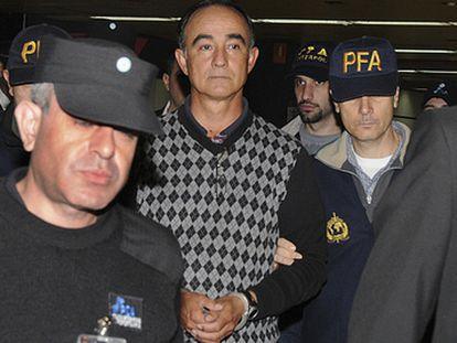 Julio Alberto Poch, acompañado por agentes de la policía, tras su llegada a Buenos Aires, en mayo de 2010.