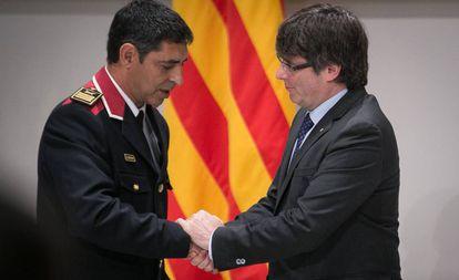 Puigdemont saluda a Trapero tras su nombramiento como Mayor.