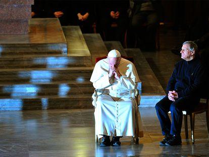 El papa Francisco y el padre Luigi Ciotti, de la asociación católica Libera, en la iglesia de San Gregorio de Roma, en un encuentro con familiares de víctimas de la mafia en 2019.