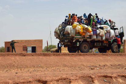 Un grupo de personas viaja en una furgoneta en Niamey (Níger).