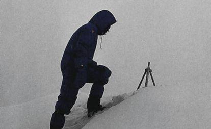 Messner, en 1980 en el Everest junto al trípode chino.