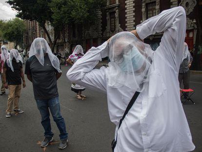 Artistas y trabajadores pertenecientes a la Secretaría de Cultura realizaron un performance frente a SEGOB en protesta a la falta de pagos salariales.