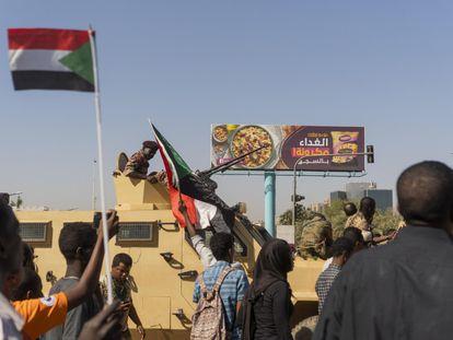 Decenas de personas participan en una protesta este martes exigiendo la salida del presidente sudanés, Omar al-Bashir, en Jartum.