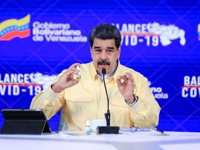 Nicolás Maduro enseña un frasco del medicamento Carvativir, en pasado 24 de enero en Caracas.