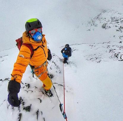 David Goettler (de amarillo) y Kilian Jornet, durante su aclimatación de estos días en el Lhotse, a 7.920 metros.