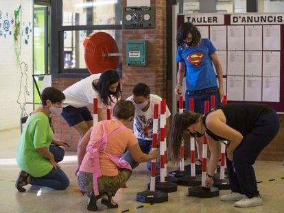 Profesores de una escuela de Barcelona preparan los accesos a las aulas la semana pasada.