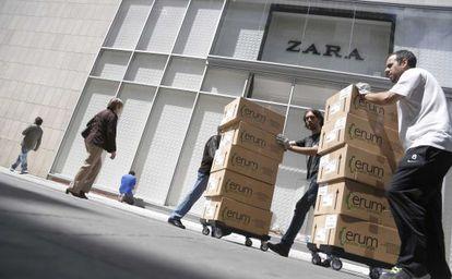 Empleados de Zara ultiman lo preparativos ante la apertura de la nueva tienda en San Sebastián.