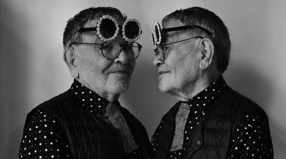 Arrabal (y sus eternas dobles gafas), en su casa del distrito XVII de París.
