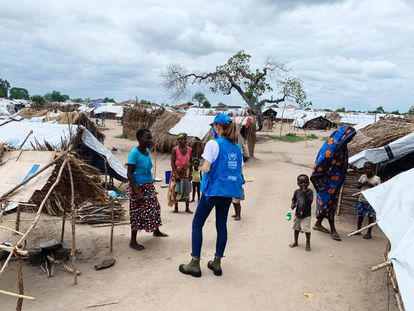 Loureiro departe con una mujer de 64 años que tiene varios niños huérfanos a su cargo, en un asentamiento de desplazados.
