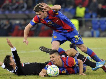Dragovic y Abraham, del Basilea, disputan el balón a Mario Gómez, del Bayern.