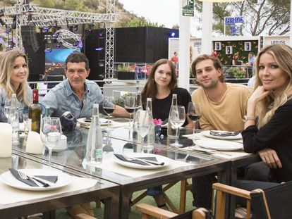 De izquierda a derecha, Nicole Kimpel, Antonio Banderas, Stella del Carmen junto a su acompañante y Bárbara Kimpel, este fin de semana en Marbella.