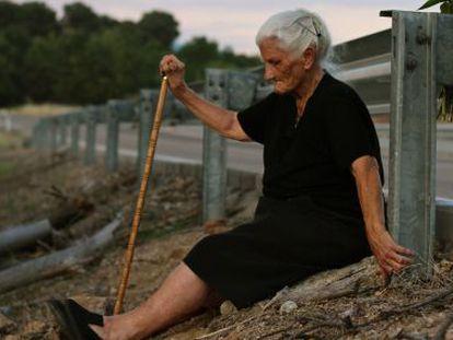 María Martín, retratada ante la fosa de su madre para el documental 'El silencio de los otros', de Almudena Carracedo y Robert Bahar.