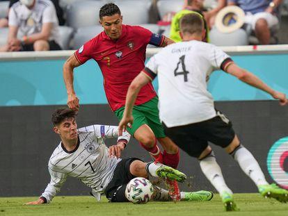Havertz trata de quitarle el balón a Cristiano Ronaldo.