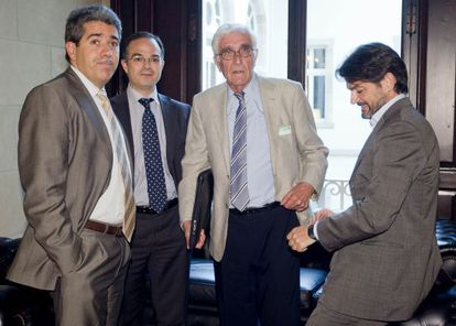 Daniel Osácar durante su comparecencia en la comisión del 'caso Palau', acompañado por los diputados de CDC Francesc Homs, Jordi Turull y Oriol Pujol.