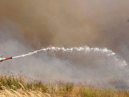 Un bombero hace frente a las llamas en las afueras de Kustarevka, en la región de Ryazan, a 340 kilómetros al sur de Moscú.