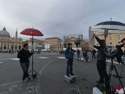 Un equipo de televisión, en la plaza de San Pedro.