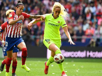 Jennifer Hermoso, a la izquierda, pugna por un balón con Kheira Hamraoui durante el Atlético-Barcelona.
