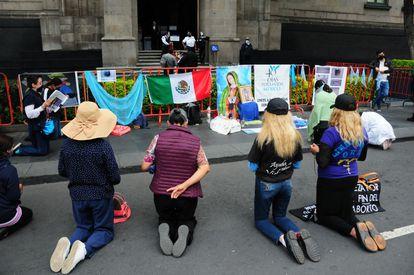 Un grupo de manifestantes en contra del aborto protestan afuera de la Suprema Corte durante la discusión sobre la acción de inconstitucionalidad para Coahuila.