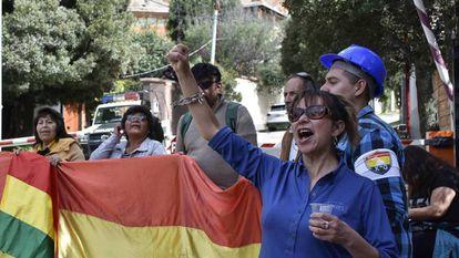 Un grupo de personas favorables al nuevo Gobierno de Bolivia, este lunes en La Paz.