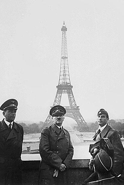 Hitler en 1940,   junto a Speer y Arno Breker. En el ángulo, filmando, Walter Frentz. La foto es de Hoffmann.