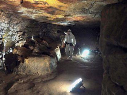 Rodaje del documental El maestro en Altamira en el interior de la cueva.