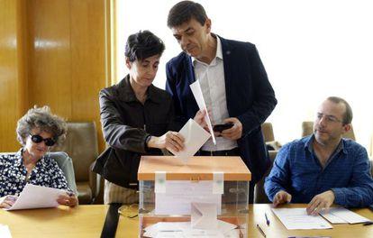 El candidato Carlos Andradas votando.