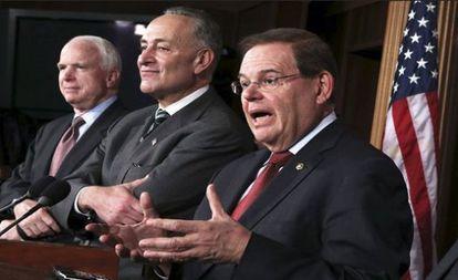 Los senadores John McCain, Chuck Schumer y Bob Menéndez.