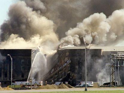 Los bomberos luchan contra el fuego en el edificio del Pentágono, tras el impacto de un avión comercial, el 11 de septiembre de 2001.