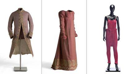 Desde la izquierda, casaca rococó, vestido neoclásico y diseño de Fortuny, en distintos tonos de rosa.