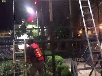 """Un grupo de ciudadanos intenta quitar el """"muro ilegal"""" de EE UU en México"""